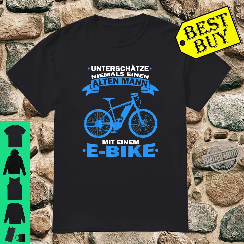 Herren Unterschätze niemals einen Alten Mann mit einem E Bike Shirt